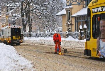 Gleisarbeiten an einer Strassenbahn bei Verkehrschaos im Winter  Dresden  Deutschland
