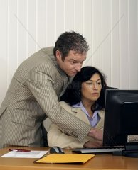Mann mit Frau am Computer