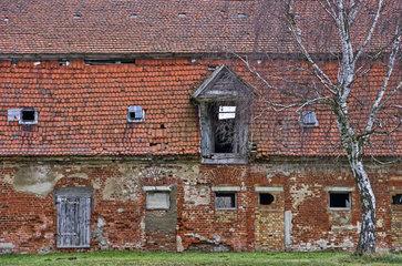 Marodes Wirtschaftsgebaeude und Stallungen eines verfallenen barocken mecklenburgischen Gutshofes  Barockschloss Kummerow.
