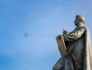 Detailfoto vom Schinkel Standbild am gleichnamigen Schinkelplatz in Berlin Mitte