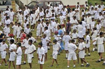Karateunterricht  Jungen in weisser Schuluniform  Galle  Sri Lanka  Ceylon  Asien