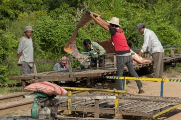 Vorbereitugn fuer die Abfahrt des Bambuszugs  Battambang  Kambodscha
