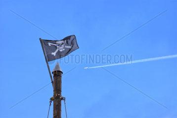 Piratenflagge weht am Mast
