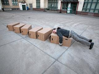 Mann laesst Kartons fallen