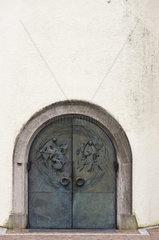 Hauptportal von St. Martin  Langenargen am Bodensee. Martin von Tours bekleidet den frierenden Bettler von Hilde Broer.