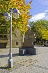 Denkmal zu Ehren des Universalgelehrten Gottfried Wilhelm Leibniz auf dem Georgsplatz in Hannover  Deutschland