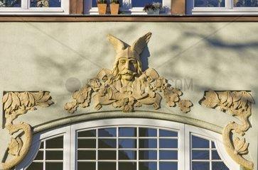 Kopfrelief mit gefluegeltem Helm an der Fassade eines Buergerhauses  Dresden  Deutschland