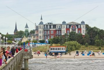 Ostseebad Zinnowitz  Blick von der Seebruecke auf Strand und Ort