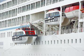 Details des Kreuzfahrtschiff Azamara Journey mit Rettungsbooten  Rostock-Warnemuende  August 2011