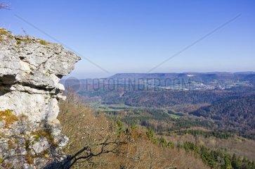 Kalksteinfelsen  Hangender Stein  Blick ueber den Trauf der Schwaebischen Alb bei Albstadt  Deutschland