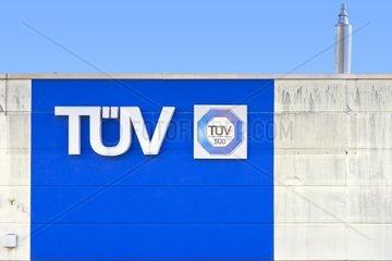 Modernes Gebaeude mit der Aufschrift TUeV  TUeV Sued und Anmeldung