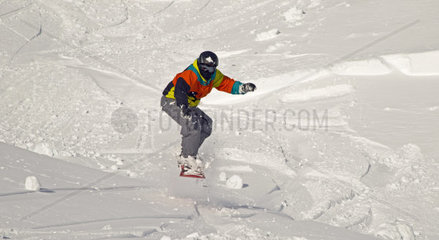 Zwoelfjaehriger Snowboarder springt  Nebelhorn bei Oberstdorf  Allgaeuer Alpen  Allgaeu  Bayern  Deutschland  Europa