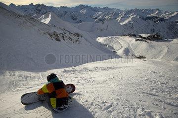 Zwoelfjaehriger Snowboarder  rechts die Bergstation Hoefatsblick  Nebelhorn bei Oberstdorf  Allgaeuer Alpen  Allgaeu  Bayern  Deutschland  Europa