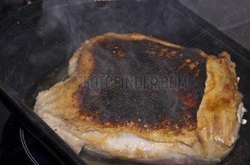 Sehr scharf angebratenes Fleisch in einer Pfanne