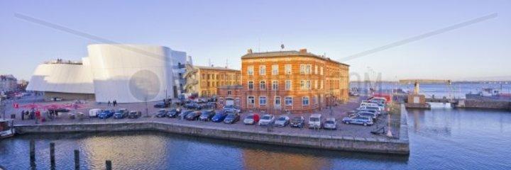 Am Querkanal in der Hansestadt Stralsund  Deutschland  mit Blick auf Ozeaneum und Polizeiwache