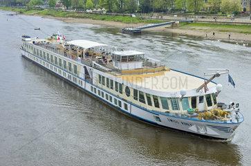 Dresden  Sachsen  Deutschland  Flusskreuzfahrtschiff MS Swiss Ruby auf der Elbe in Hoehe Blaues Wunder