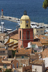Saint Tropez  look on Gulf of St Tropez with parish church  Cote dAzur  French Riviera  Southern France  Europe