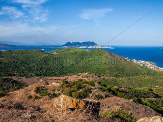 Blick auf die britische Kronkolonie Gibraltar. Im Vordergrund der Naturpark Paeque del Estrecho