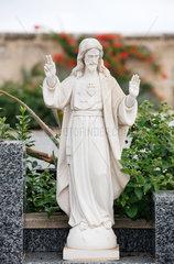 Alcudia  Mallorca  Spanien  Jesus als Grabskulptur auf dem staedtischen Friedhof