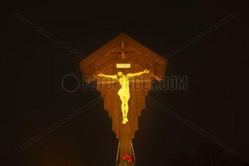 Angestrahltes hoelzernes Flurkreuz mit Christusfigur  Bayern  Deutschland