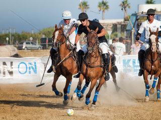 ALGECIRAS  SPAIN -JULY 18  2014 Internationales Beach Polo Turnier. Argentinien versus England. Christian Byrne schwarzes dress spielt den Ball  verfolgt von argentinischen Spielern