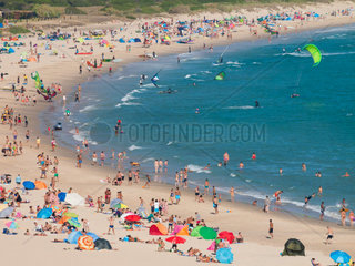 Tarifa  SPAIN -JULY 25  2014 Strand Punta Paloma  Tarifa voll mit Badeurlaubern und Wind- und Kitesurfer