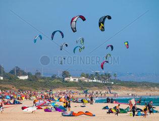 Tarifa  SPAIN -JULY 25  2014 Strand Punta Paloma  Tarifa mit Badeurlaubern sowie Wind- und Kite Surfer