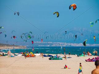 Tarifa  SPAIN -JULY 25  2014 Strand Punta Paloma Tarifa mit Badeurlaubern und Wind- und Kite surfer