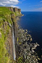 Mealt Wasserfall und Kilt Rock Basaltklippen bei Staffin  Isle of Skye  Schottland  Grossbritannien