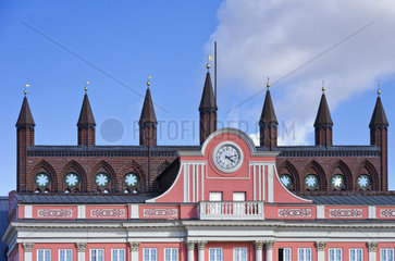 Blick auf den oberen Teil der Fassade des Rostocker Rathauses