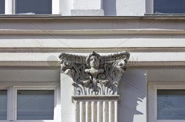 Fassadendetail mit Kapitell und Gesicht  Wohn- und Geschaeftshaus Kroepeliner Str. 93  Rostock