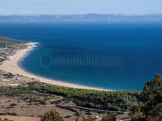 Strand von Bolonia  Tarifa  Spanien  costa de la luz von oben fotografiert. Im Hintergrund das Riff Gebirge in Marokko  Afrika
