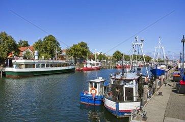 Fischkutter und buntes Treiben am Alten Strom in Rostock-Warnemuende  Deutschland