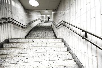 Person am Ende einer Treppe  U-Bahn