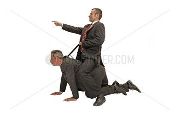 zwei Geschaeftmaenner  Chef reitet seinen Angestellten