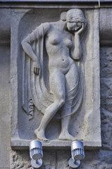 Relief eines weiblichen Aktes  Fassade des Hauses Kroepeliner Str. 84  Hansestadt Rostock  Deutschland