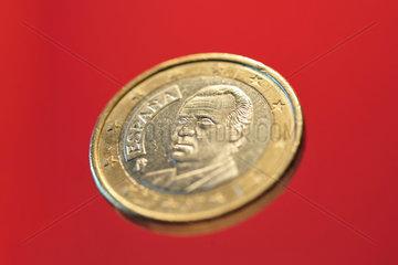 Oldenburg  Deutschland  spanische Euromuenze vor rotem Hintergrund