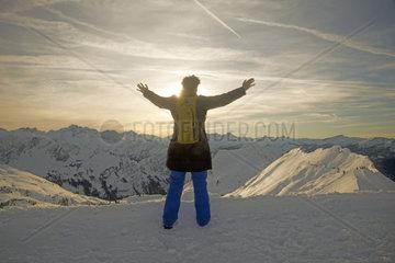 Frau freut sich  breitet relaxt die Arme aus  Zeigersattel am Nebelhorn  Allgaeuer Alpen  Bayern  Deutschland  Europa