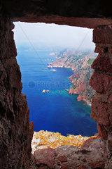 Ausblick durch ein Turmfenster eines Genueserturms - Korsika