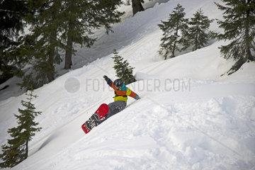 Zwoelfjaehriger Snowboarder stuerzt bei einer Waldabfahrt  Nebelhorn bei Oberstdorf  Allgaeuer Alpen  Allgaeu  Bayern  Deutschland  Europa