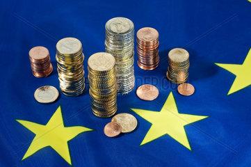 Hamburg  Deutschland  Euromuenzen auf einer Europafahne