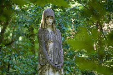 Stahnsdorf  Deutschland  Statue einer Frau auf dem Suedwestkirchhof Stahnsdorf