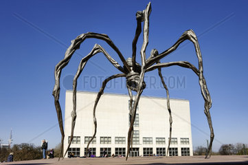 Neue Kunsthalle mit der Skulptur Maman von Louise Bourgeois in Hamburg  Deutschland  Europa