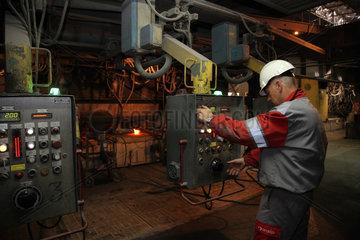 Warschau  Polen  ein Stahlkocher im Stahlwerk ArcelorMittal Warszawa