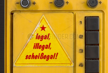 Alter Aufkleber legal  illegal  scheissegal  1976