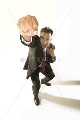 wuetender Geschaeftsmann boxt