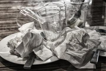 Reste von Essen und Geschirr auf einem Tisch