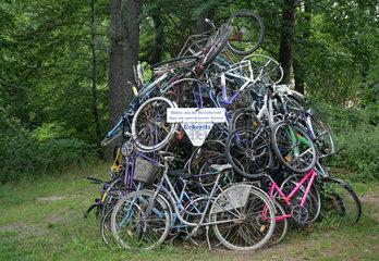 Ueckeritz  Deutschland  eine Kunstinstallation aus aufgetuermten Fahrraedern
