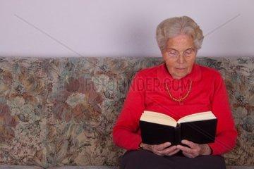 Ruestige Seniorin liest ein Buch