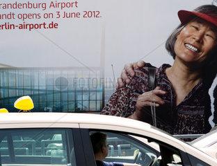 Werbung fuer den neuen Flughafen Berlin vor der Meldung  dass der Eroeffnungstermin verlegt wird